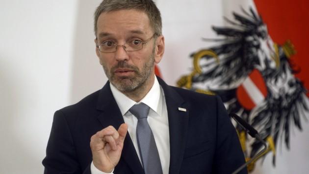 Stein des Anstoßes: Ex-Innenminister Herbert Kickl (Bild: APA/HERBERT PFARRHOFER)