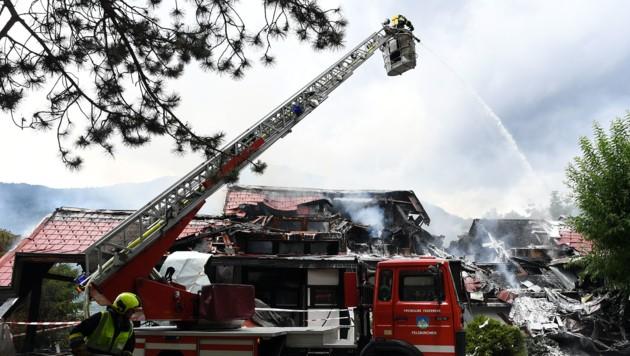 Insgesamt sieben Feuerwehren rückten zur Villa aus. (Bild: Hermann Sobe)