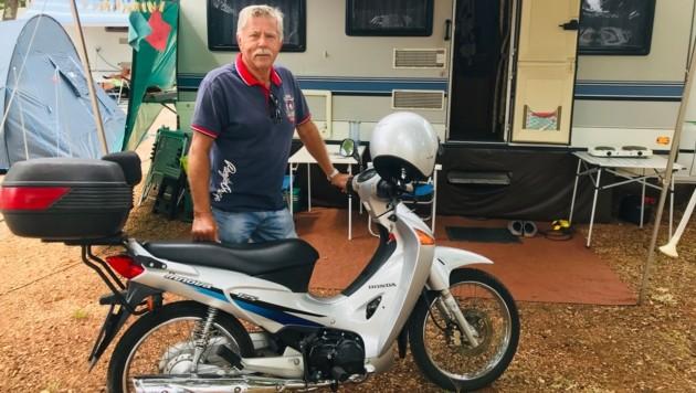 Mit Moped und Wohnwagen ist Georg aus Ebenthal in Kärnten perfekt ausgestattet für seinen Urlaub. (Bild: Clara Milena Steiner )