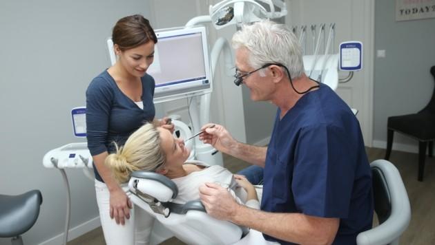 Eine Zahnbehandlung fällt oft teuer aus – viele sind auf die Unterstützung der Tiroler Gebietskrankenkasse angewiesen. (Bild: Peter Tomschi)