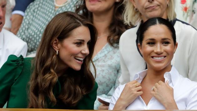 Herzogin Kate und Herzogin Meghan bei einem Besuch in Wimbledon (Bild: AP)