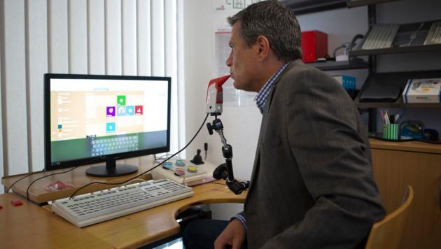 David Hofer beim Bedienen der Funk-Mund-Maus (Bild: FOTO LUI)