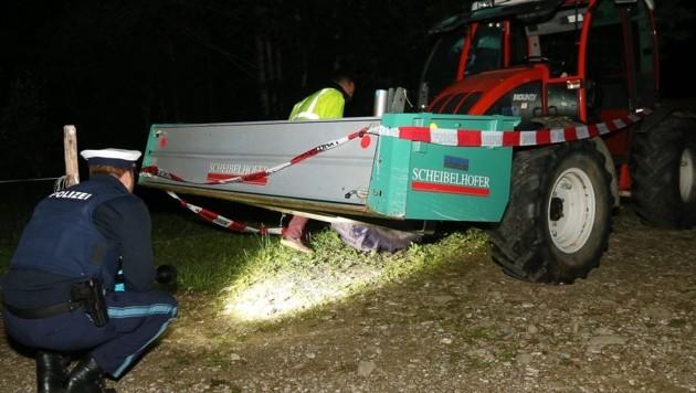 Polizisten untersuchen einen Traktor, von dem zwei Kinder aus Österreich überrollt wurden. (Bild: APA/dpa/Benjamin Liss)