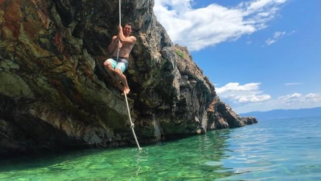 Julian hängt auf dem Seil ab - gleich wagt er den Sprung ins kristallklare Meerwasser! (Bild: Steiner Clara Milena)