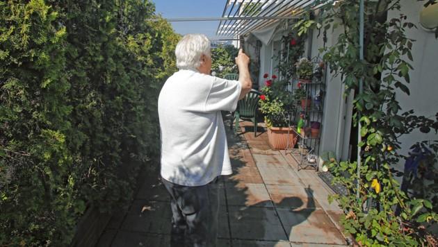 Auf seiner großzügigen Terrasse will Wolfgang D. zwei bis drei Solarplatten aufstellen lassen. Der Weg bis dorthin ist allerdings ein sehr langer. (Bild: Martin Jöchl)