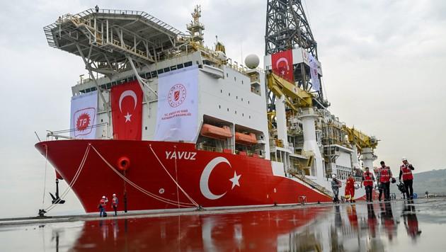 Die Yavuz ist eines der drei Bohrschiffe, die derzeit vor der Küste Zyperns nach Erdgas suchen. (Bild: APA/AFP/BULENT KILIC)
