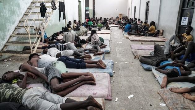 Dieses Foto vom Juni 2017 zeigt Migranten in einem Lager in Zawiyah, 45 Kilometer westlich von Tripolis. (Bild: AFP or licensors)