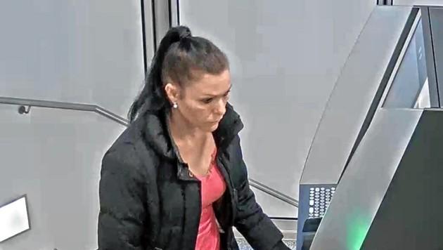 Die Verdächtige beim Bankomaten. (Bild: LPK Salzburg)