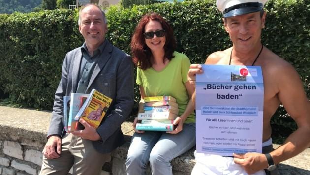 Bürgermeister Alexander Stangassinger, Michaela Hasenauer (Leiterin der Stadtbücherei) und Herbert Wahrstätter (Schlossbad Wiespach). (Bild: Stadtgemeinde Hallein)