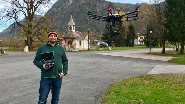 Johannes Schlechter mit seiner Drohne (Bild: Johannes Schlechter)