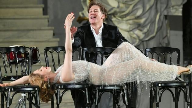 """Valery Tscheplanowa als """"Buhlschaft"""" und Tobias Moretti als """"Jedermann"""" (Bild: APA/BARBARA GINDL)"""