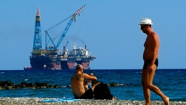 Der Strand von Larnaka (Zypern) mit Blick auf ein Bohrschiff (Bild: AP)
