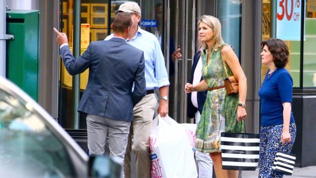 Königin Maxima und König Willem-Alexander tragen Einkaufstaschen. (Bild: www.PPS.at)