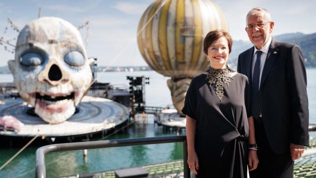 Alexander Van der Bellen und Doris Schmidauer vor der Bregenzer Seebühne (Bild: APA/BUNDESHEER/PETER LECHNER)