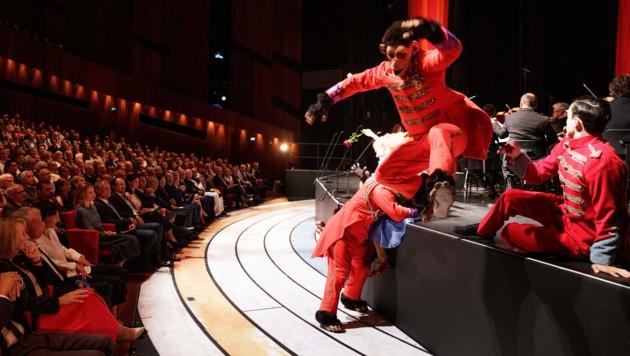 Künstler bei einer Darbietung im Festspielhaus im Rahmen der Eröffnung der 74. Bregenzer Festspiele (Bild: APA/BUNDESHEER/PETER LECHNER)
