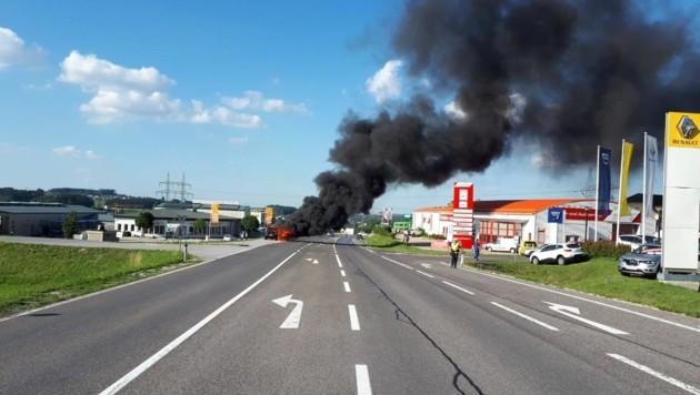 In Gmunden brannte ein Auto aus, die Familie aus Wien blieb unverletzt (Bild: FF Gmunden)