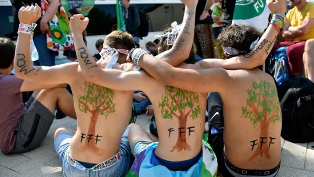 Junge Klimaaktivisten bei einem Protest in Hochneukirch im deutschen Bundesland Nordrhein-Westfalen (Bild: APA/AFP/INA FASSBENDER)
