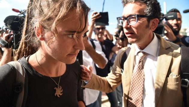Carola Rackete vor der Anhörung auf Sizilien (Bild: AFP)