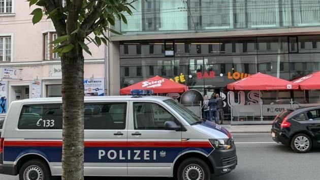 """Vor dem Lokal """"Focus"""" in der Ignaz-Harrer-Straße fielen am 4. Juni Schüsse: Samir H. (46) starb, sein Sohn Dzenis (24) überlebte. (Bild: Tschepp Markus)"""
