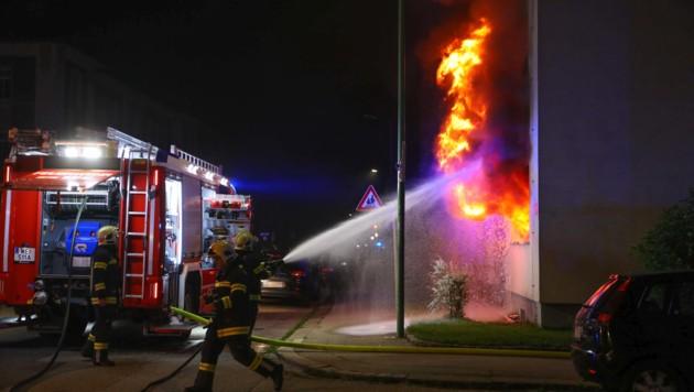 Die Flammen schlugen aus der Erdgeschoßwohnung (Bild: laumat.at/Matthias Lauber)