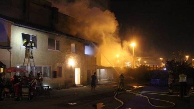 Die Feuerwehr im Einsatz in der Wiener Straße, bei dem drei Personen verletzt wurde (Bild: BF Linz)