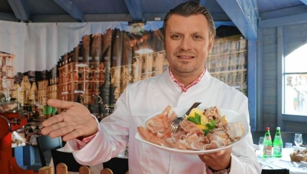 Koch Christof Widakovich schickt quasi einen Gruß aus der Küche. (Bild: Juergen Radspieler)