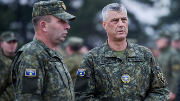 Der kosovarische Präsident Hashim Thaci (rechts im Bild) muss sich jetzt vor dem Kriegsverbrechertribunal in Den Haag verantworten. (Bild: APA/AFP/Armend NIMANI)