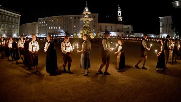 Fackeltanz am Salzburger Residenzplatz (Bild: APA/BARBARA GINDL)
