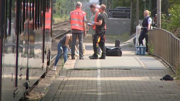 Ermittler am Bahnhof im niederrheinischen Voerde (Bild: tv-niederrhein/Guido Schulmann)