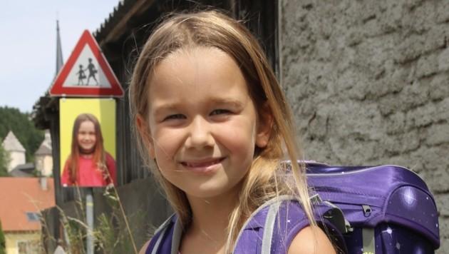 Laura ist eines von 6 Kindern, die sich für die Verkehrstafeln ablichten ließen. (Bild: Hronek Eveline)