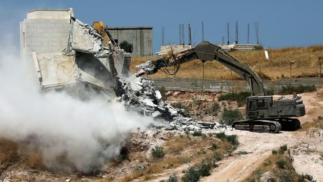 Dieses Gebäude soll illegal errichtet worden sein und ein Sicherheitsrisiko darstellen. (Bild: AP)