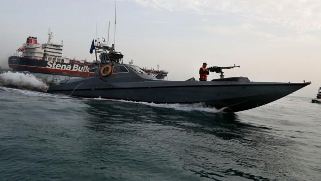 Ein Speedboot der iranischen Revolutionsgarden vor dem Öltanker Stena Impero (Bild: AP)