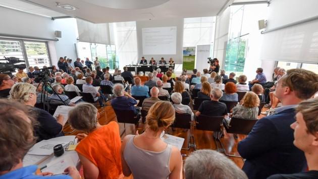 Das Interesse an der Auftaktveranstaltung für die Proteste gegen die ÖBB war riesengroß. (Bild: Dostal Harald)