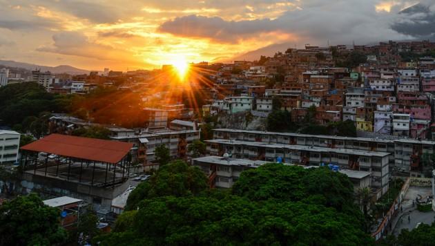 Als die Dämmerung in Caracas einbricht, bleibt es auch in den Wohnungen dunkel. (Bild: AFP)
