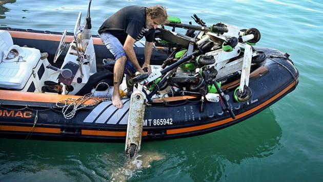Freiwillige haben am Wochenende in Marseille Dutzende E-Scooter aus dem Meer herausgefischt. (Bild: APA/AFP/GERARD JULIEN)