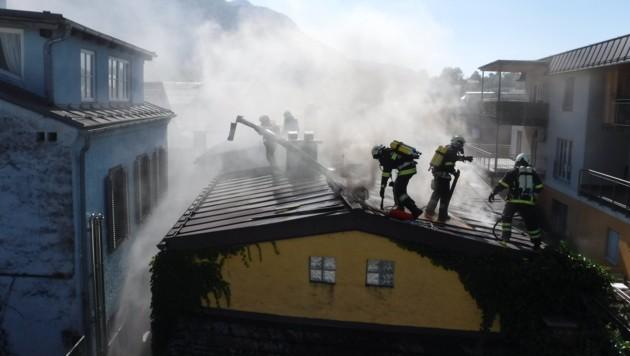 Das Feuer drohte auf die Nachbarhäuser überzugreifen (Bild: FF Bad Ischl)