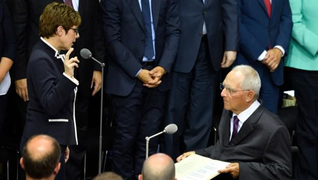 Annegret Kramp-Karrenbauer bei ihrer Angelobung zu Deutschlands Verteidigungsministerin (Bild: APA/AFP/John MACDOUGALL)
