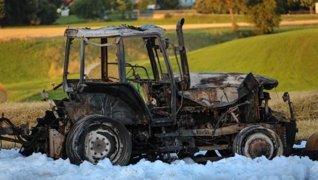 In Gmunden griff ein Traktorbrand leicht auf ein Feld über (Bild: Lauber/laumat.at Matthias)
