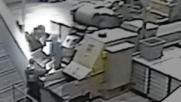 Ein Video zeigt den Kurz-Mann hochnervös beim Schreddern der Festplatten. (Bild: YouTube/Falter (Screenshot))