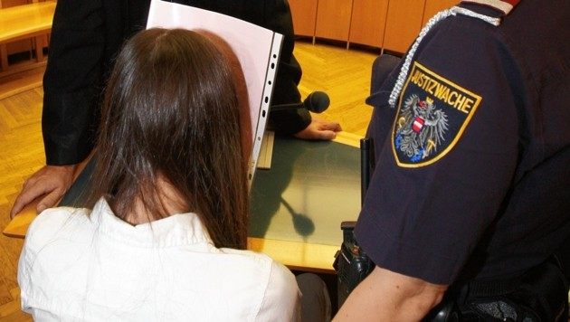 Angelika (14) beim Mordprozess in Wien (Bild: Zwefo)