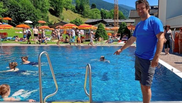 Bademeister Gerhard Höller im Freibad in Saalbach: Hier trieb der Mann leblos im Wasser. (Bild: Hölzl Roland)