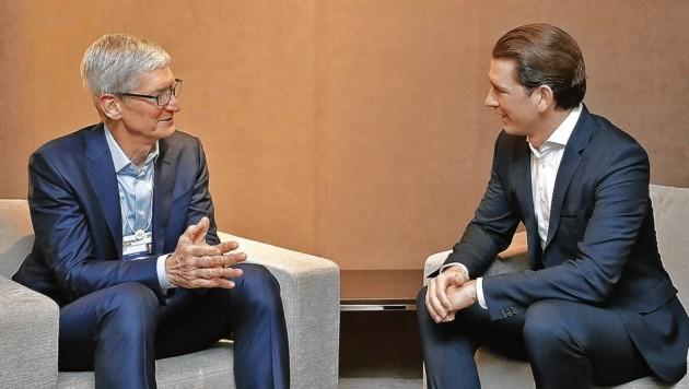 Sebastian Kurz im Gespräch mit Apple-Chef Tim Cook im Jänner 2019 (Bild: APA/DRAGAN TATIC)