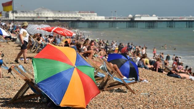 Viele Briten suchen an Stränden Abkühlung - wie hier in Brighton. (Bild: AFP )