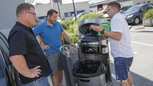 """Christian Bleibler, Herbert Seebauer und Tobias Perger machten sich mit dem Innenleben des """"Solar-Presshai"""" vertraut. (Bild: Tschepp Markus)"""