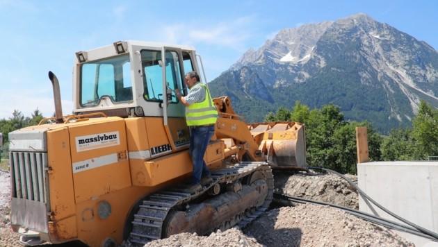 Die Bauarbeiter haben den mächtigen Grimming stets in Blick: In Trautenfels, wo eine Überführung errichtet wird, bleibt kein Stein auf dem anderen. (Bild: Juergen Radspieler)