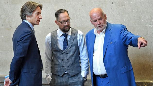 Karl-Heinz Grasser mit seinen Anwälten Norbert Wess und Manfred Ainedter (Bild: APA/ROLAND SCHLAGER / APA-POOL)
