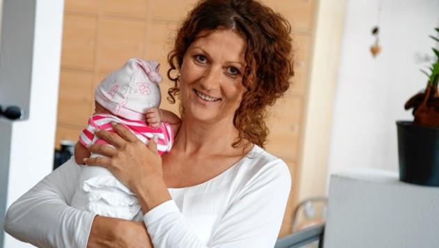 """Von der Teamleiterin zur Vollzeit-Mama: Claudia Winkler mit Schützling """"Nicole"""" (7 Wochen alt). (Bild: Markus Tschepp)"""