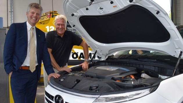 ÖAMTC-Chef Erich Lobensommer und Cheftechniker Techniker Thomas Hametner mit dem Wasserstoffauto Hyundai Nexo. (Bild: ALOISIA GURTNER)