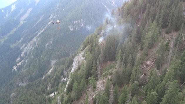 Ein Polizeihubschrauber bekämpft den ersten Waldbrand am Stoderzinken. (Bild: BFV Liezen/Schlüßlmayr)