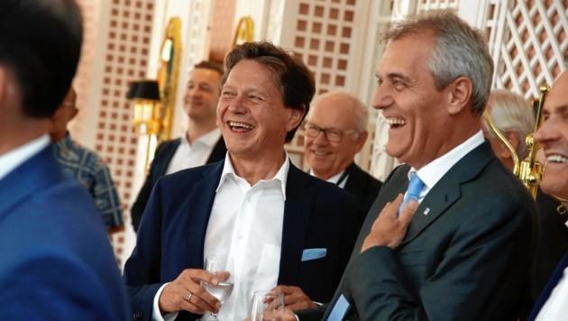 """Lockere Atmosphäre beim """"Krone""""-Business -Talk im Hotel Sacher: Der Vorstandsvorsitzende des Verbunds, Wolfgang Anzengruber (li.), und OMV-Chef Rainer Seele unterhielten sich im Wintergarten prächtig. (Bild: MARKUS TSCHEPP)"""
